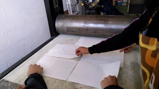 afdrukken op de pers in het atelier